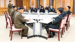 Miembros del Comando de las Naciones Unidas, militares de Corea del Norte y sus contrapartes de Corea del Sur se reunen en Panmunjom, en la Zona de Seguridad Conjunta, para buscar la desmilitarización el 16 de octubre de 2018.