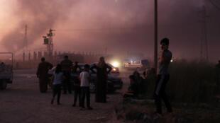 Un grupo de personas huyen de la ciudad de Ras al Ain, Siria, el 9 de octubre de 2019.