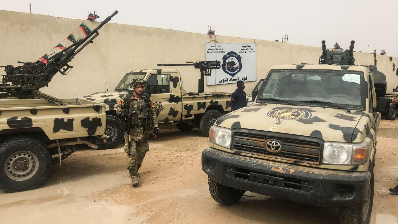 Des miliciens locaux, appartenant à un groupe opposé à l'homme fort libyen Khalifa Haftar dans la ville côtière de Zawiya, à l'ouest de Tripoli, le 5 avril 2019.
