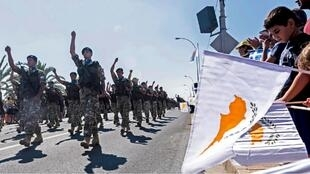 الأعلام الوطنية اليونانية والقبرصية خلال عرض عسكري بمناسبة الذكرى 59 لاستقلال قبرص عن بريطانيا. نيقوسيا  01 أكتوبر/تشرين الأول 2019.