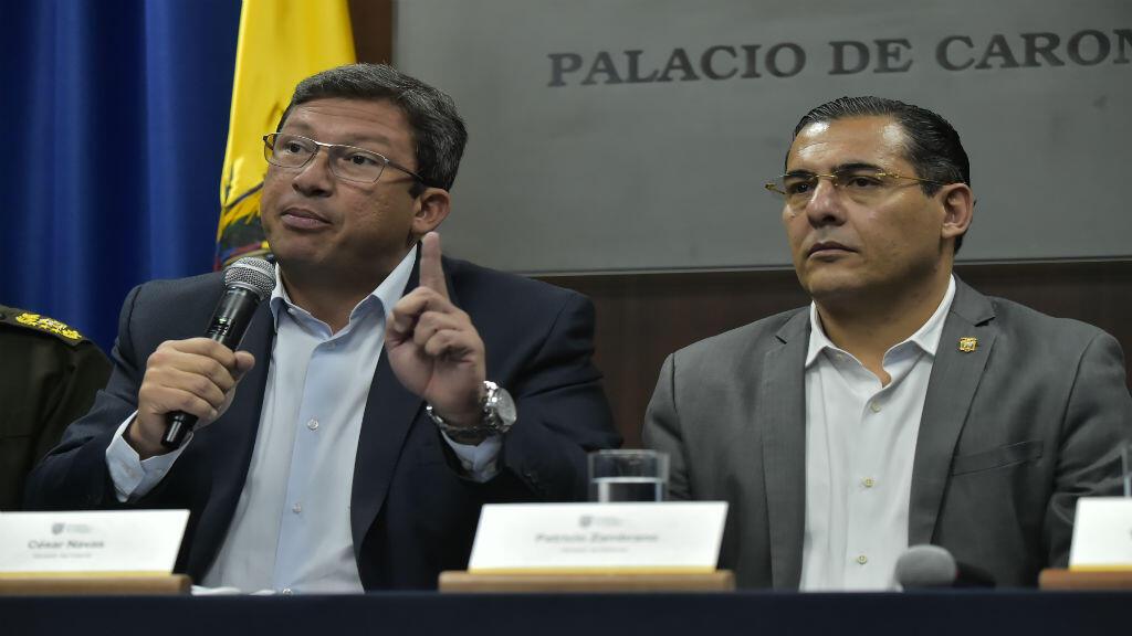 El ministro del Interior ecuatoriano, César Navas, y el ministro de Defensa, Patricio Zambrano, durante una conferencia de prensa en el Palacio Presidencial de Carondelet en Quito el 27 de marzo de 2018.