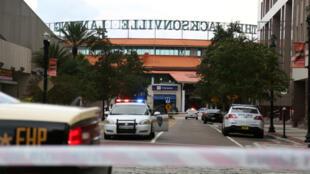 Policías acordonan una calle a las afueras de Jacksonville Landing después de un tiroteo durante un torneo de videojuegos en Jacksonville , Florida. 26 de agosto de 2018.