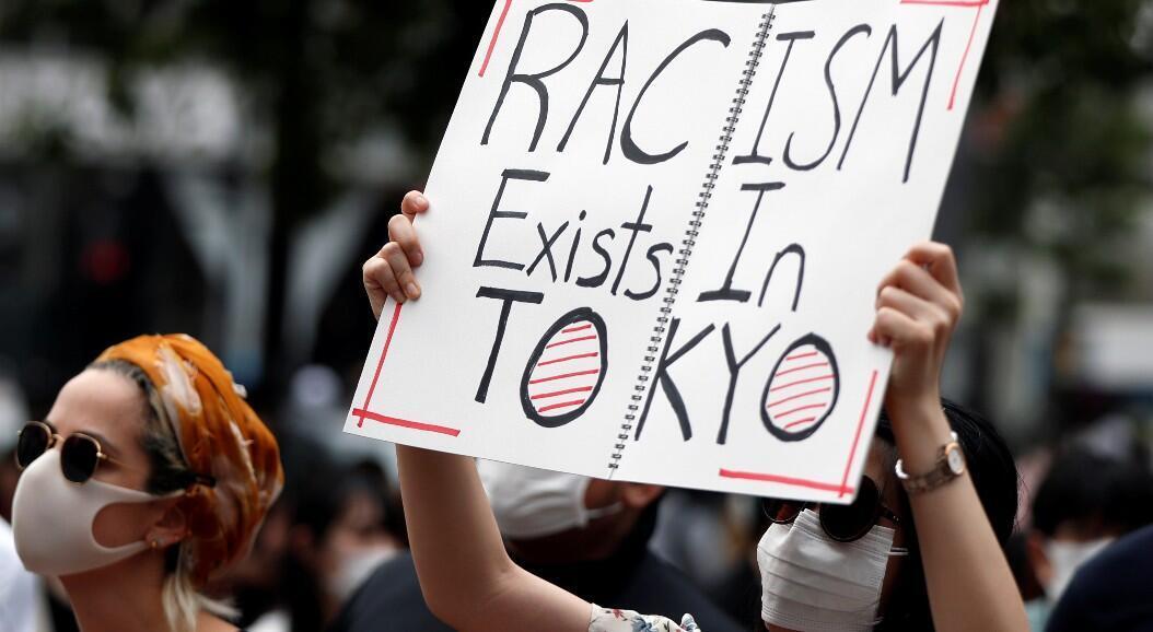"""Manifestantes con una pancarta que dice """"el racismo existe en Tokio"""", en Tokio, Japón, el 6 de junio de 2020"""