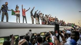 Un train en provenance de la ville d'Atbara, berceau de la contestation, arrive à Khartoum, mardi 23 avril 2019.