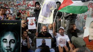 Des Palestiniens manifestent en solidarité avec les prisonniers palestiniens en grève de la faim le 26 avril.