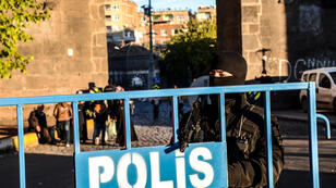 عنصر من القوات الخاصة التركية عند حاجز الحي القديم لمدينة ديار بكر بجنوب شرق تركيا