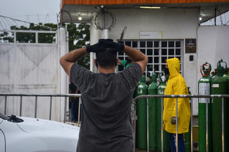 Un familiar de un enfermo de covid-19 hace cola para llenar un tanque de oxígeno en la compañía Carboxi, en Manaos, en el estado brasileño de Amazonas, el 19 de enero de 2021