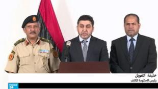 رئيس الحكومة المكلف خليفة محمد الغويل (وسط)