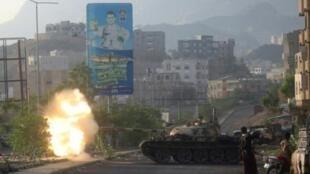 مقاتلون موالون للحكومة اليمنية يطلقون النار من دبابة خلال معارك مع الحوثيين. 30 مايو/أيار 2019.
