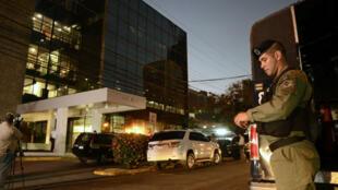 Des agents de police surveillent l'entrée du siège du cabinet d'avocats Mossack Fonseca, le 12 avril 2016.