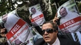 صور حملها متضامنون مع الصحافي جمال خاشقجي خلال وقفة لهم أمام قنصلية الرياض في إسطنبول