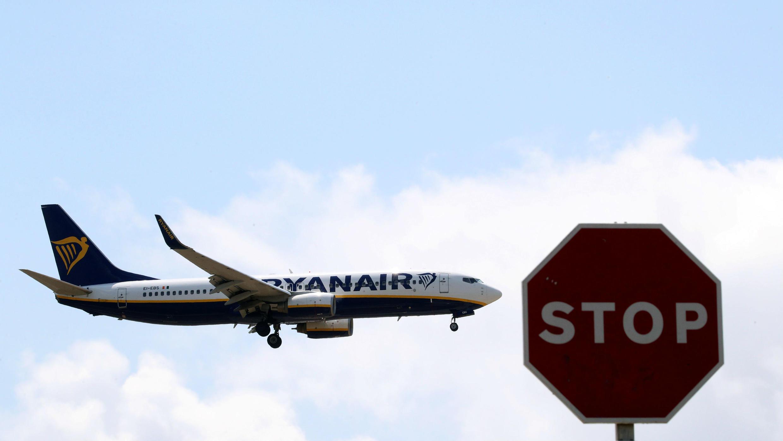 Un avión de Ryanair pasa una señal de pare antes de aterrizar en el aeropuerto de Barcelona-El Prat, un día antes de que se realice una huelga de tripulantes en países europeos, en Barcelona, España, el 24 de julio de 2018.