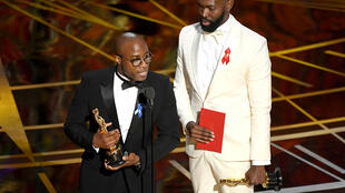 """Barry Jenkins (à g.), le réalisateur de """"Moonlight"""", reçoit l'Oscar du meilleur film."""