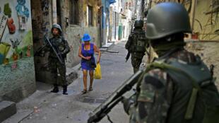 Des militaires patrouillent dans la favela de Jacarezinho, à Rio de Janeiro, le 18 février 2018.