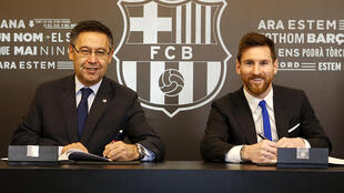 Le président du Barça Josep Maria Bartomeu et Lionel Messi, lors de la signature d'une énième prolongation du contrat de la star, le 25 novembre 2017 à Barcelone