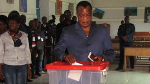 Le président congolais, Denis Sassou Nguesso, dimanche 25 octobre, dans son bureau de vote.