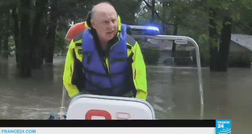 Le chef des pompiers de la ville de Houston tente, à bord de son bateau, de convaincre les récalcitrants.