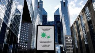 لوحة إعلانية بضاحية لاديفانس للأعمال قرب باريس تظهر عليها تعليمات أرقام وروابط يمكن الاتصال بها للحصول على معلومات بشأن فيروس كورونا، 13 مارس/آذار 2020.