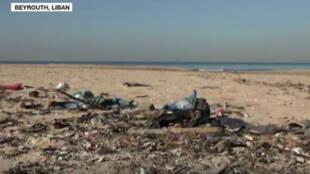 Sur l'unique plage publique de Beyrouth, des déchets en tout genre jonchent le sable.