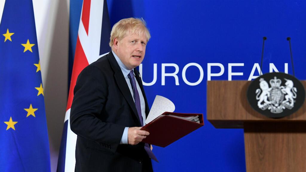 El primer ministro británico, Boris Johnson, llega para hablar en una conferencia de prensa durante la cumbre de líderes de la Unión Europea dominada por el Brexit, en Bruselas, Bélgica, el 17 de octubre de 2019.