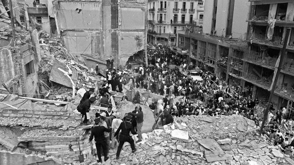 Imagen de archivo-18 de julio de 1994-equipos de policías y bomberos buscan sobrevivientes bajo los escombros, luego de que estallara un camión con explosivos frente a la sede de la mutual judía AMIA, en el barrio once, de Buenos Aires.