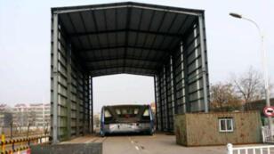 """Le hangar dans lequel le """"Transit Elevated Bus"""" est à l'arrêt à Qinhuangdao au nord-est de la Chine."""