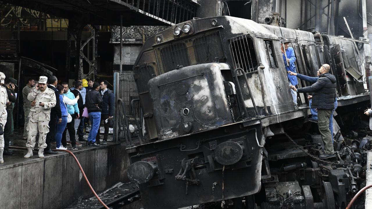 La scène de l'accident avec le train incendié dans la gare principale du Caire, le 27 février 2019.