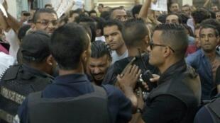 مواجهات بين الشرطة ومتظاهرين أمام مقر الاتحاد العام التونسي للشغل الثلاثاء 1 أيلول/سبتمبر 2015