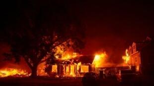 منزل يحترق في مدينة بارادايز الخميس في 8 تشرين الثاني/نوفمبر 2018