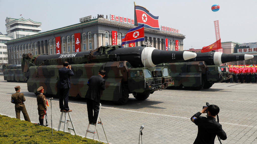 Foto de archivo de misiles impulsados más allá del soporte  durante un desfile militar que marca el 105 aniversario del nacimiento del país, en Pyongyang, Corea del Norte, el 15 de abril de 2017.
