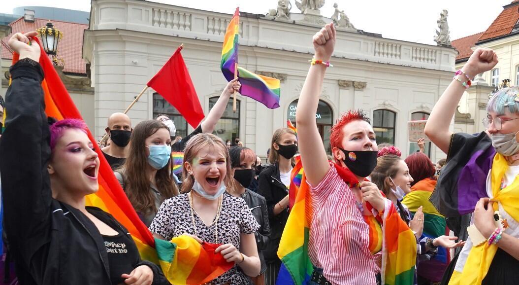 Manifestantes durante una protesta contra la homofibia y la discriminación hacia la comunidad LGBTI, en Varsovia, Polonia, el 21 de junio de 2020.