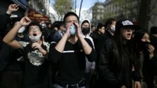 Manifestation anti-racisme anti-asiatique, place de la République, à Paris, le 2 avril 2017, ici en hommage à Shaoyao Liu, ressortissant chinois mort lors d'une opération menée par la police de la brigade anti-criminalité du 19e arrondissement de Paris.