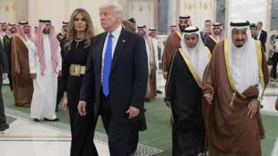 Melania et Donald Trump à leur arrivée en Arabie saoudite, samedi 20 mai 2017, aux côtés du roi Salmane.