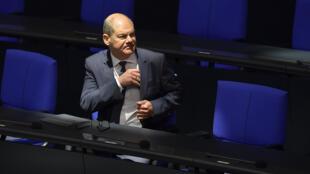El ministro Olaf Scholz se sienta en su escaño antes de una sesión del Parlamento alemán, el 23 de abril de 2020 en Berlín