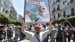 """متظاهرون في الجزائر العاصمة للمطالبة بـ """"دولة مدنية""""، 19 يونيو 2019."""