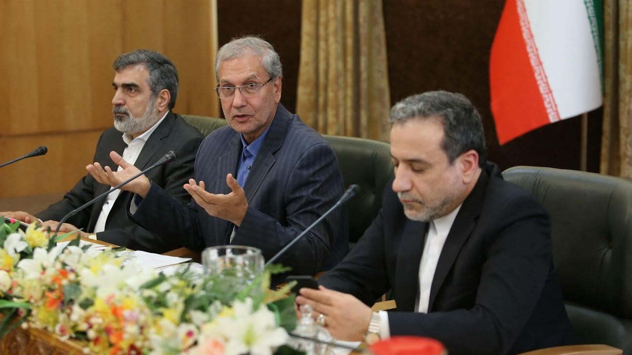 El portavoz de la Organización de Energía Atómica de Irán, Behluz Kamalvandi, el portavoz del gobierno Ali Rabiei y del viceministro de Relaciones Exteriores, Abbas Araghchi, durante una conferencia de prensa en Teherán el 7 de julio de 2019.