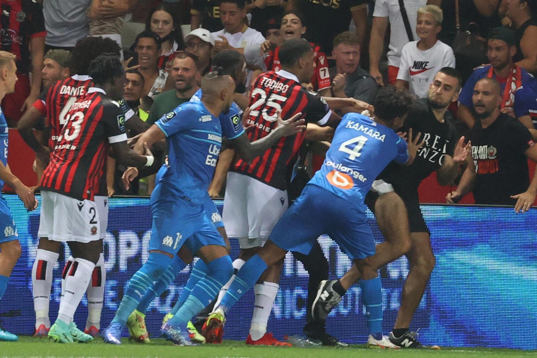 Des supporters envahissent le terrain, lors du match à domicile de Nice face à Marseille, le 22 août 2021 à l'Allianz Riviera