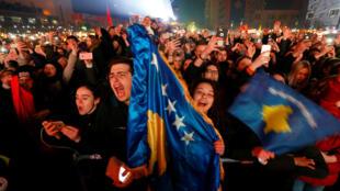 El público grita durante el concierto de la artista pop Rita Ora en el marco de las celebraciones por el 10° aniversario de la independencia de Kosovo en Pristina, el 17 de febrero de 2018.