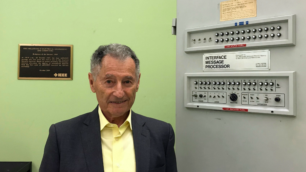 Leonard Keinrock fue quien envió el primer mensaje de Internet en 1969 en su laboratirio en la Universidad de California Los Ángeles (UCLA).