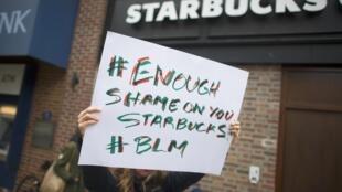 Manifestants devant un Starbucks à Philadephie, aux États-Unis, trois jours après l'interpellation de deux hommes noirs dans cette chaîne de cafés, le 12 avril 2018.