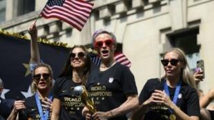 Megan Rapinoe, trophée de la Coupe du monde en main, parade dans les rues de New York avec ses coéquipières américaines, le 10 juillet 2019