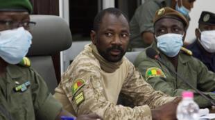 Le chef de la junte malienne, Assimi Goïta, se prépare à une rencontre entre des chefs militaires maliens et une délégation de la Cédéao, le 22 août 2020 à Bamako.