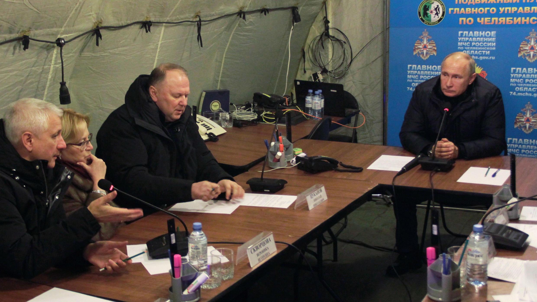 El presidente Vladímir Putin recibe el parte de las autoridades locales sobre la explosión en un edificio en Magnitogorsk, Rusia.