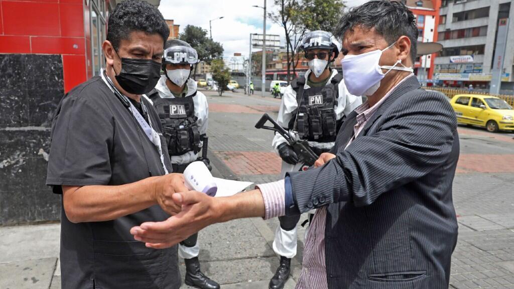 Un hombre se somete a un control de temperatura en una calle de Bogotá, la capital de Colombia, durante el pasado 13 de julio de 2020.