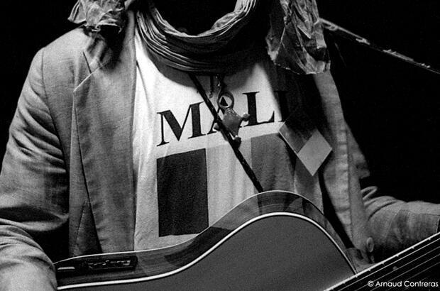 Le chanteur touareg Sidi Ag Issa au concert pour la paix au Mali, Montreuil, septembre 2012. Photo : Arnaud Contreras