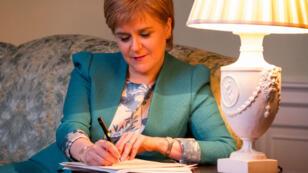 Une photo diffusée par le gouvernement écosssais montrant la Première ministre de l'Écosse Nicola Sturgeon écrivant sa lettre à Theresa May.