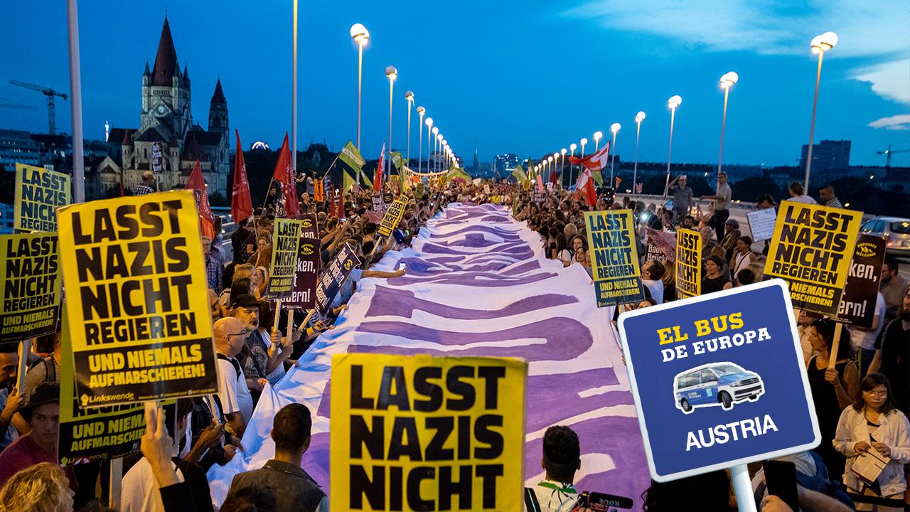 """Se observan pancartas con el eslogan """"¡No dejen gobernar a los nazis!"""", durante una manifestación en respaldo a los migrantes y contra del Gobierno dirigido por Sebastian Kurz, en el puente Reichsbrucke, en Viena, Austria, el 13 de septiembre de 2018."""