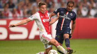 Le joueur de l'Ajax Niklas Moisander face à celui du PSG Lucas Moura