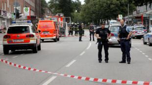 شرطة هامبورغ وهي تطوق المتجر الذي وقع فيه الهجوم بالسكين في 28 تموز/يوليو 2016.