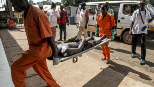 Les secours transportent un homme blessé à l'hôpital général de Bangui, le 26 septembre 2015.